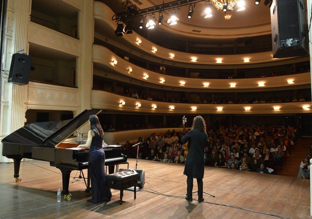 Caruso and da Silva performing at Teatro Independencia in Mendoza, Argentina.
