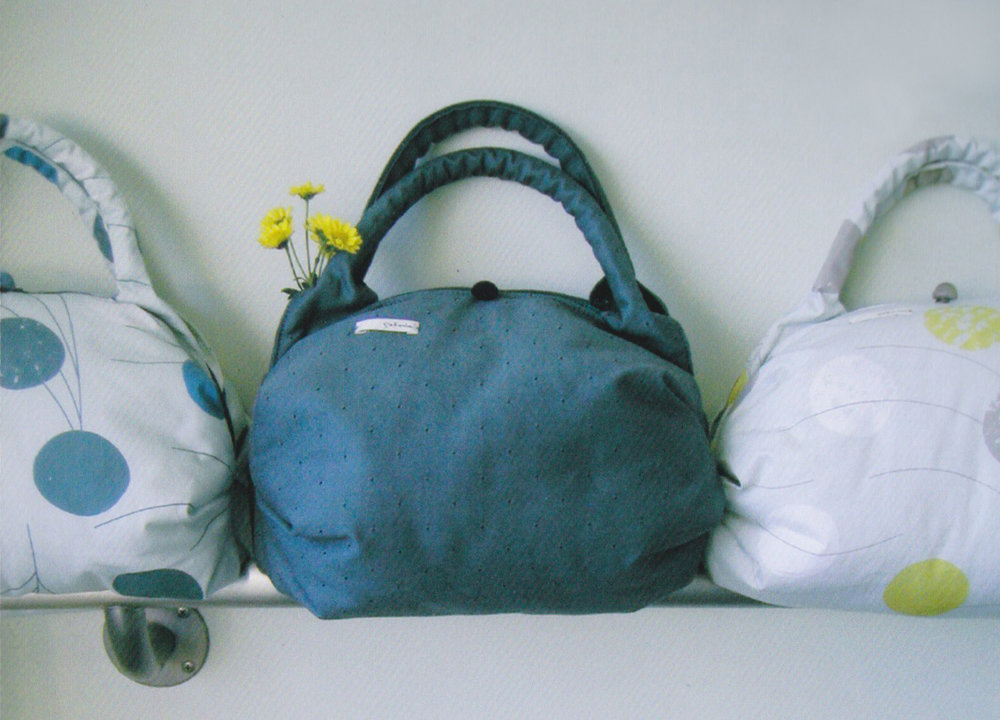 下町の袋物職人さんと一緒に何度も試作を繰り返して作った、お手玉のフォルムをモチーフにしたバッグ