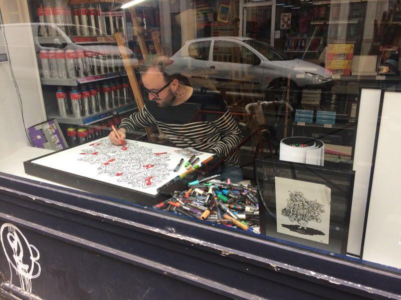 En pleine action, dans la vitrine de la boutique de beaux-arts  Créastore , rue de Bressigny à Angers. C'était le mercredi 7 novembre. On n'est pas à Amsterdam, mais j'ai eu mon petit succès derrière la vitre (des beaux sourires, des clins d'oeil, des gens qui prenaient des photos…).