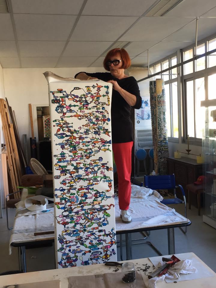 Numéro d'équilibriste pour Françoise qui tend la grande toile sur le châssis!