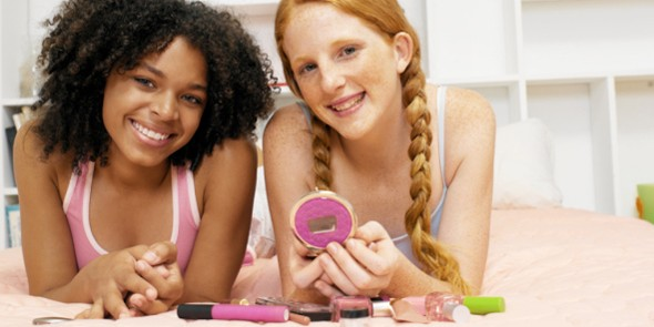 teens-putting-on-makeup-590x295.jpg