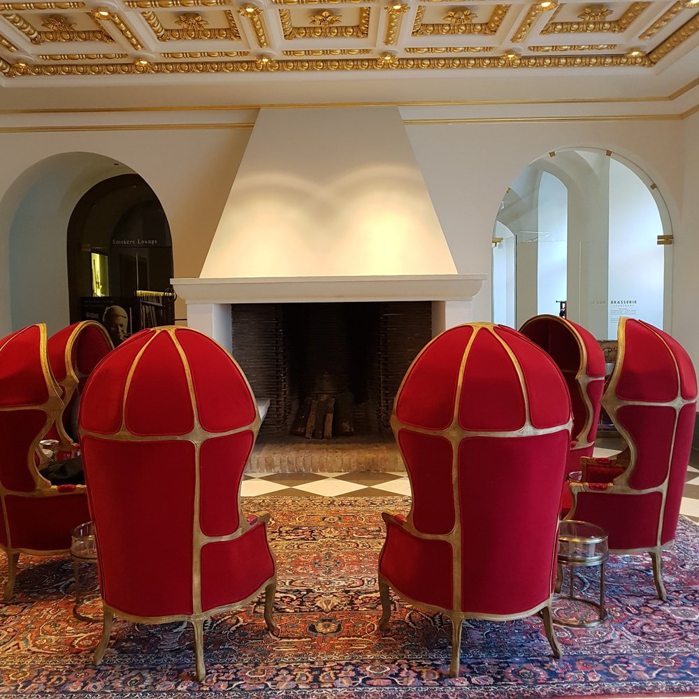 red chairs Düsseldorf little paris