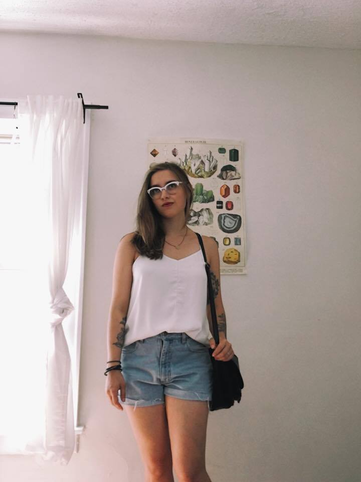 Top: Old, from RW & CO / Shorts: DIY cutoffs / Bag: Thrifted /