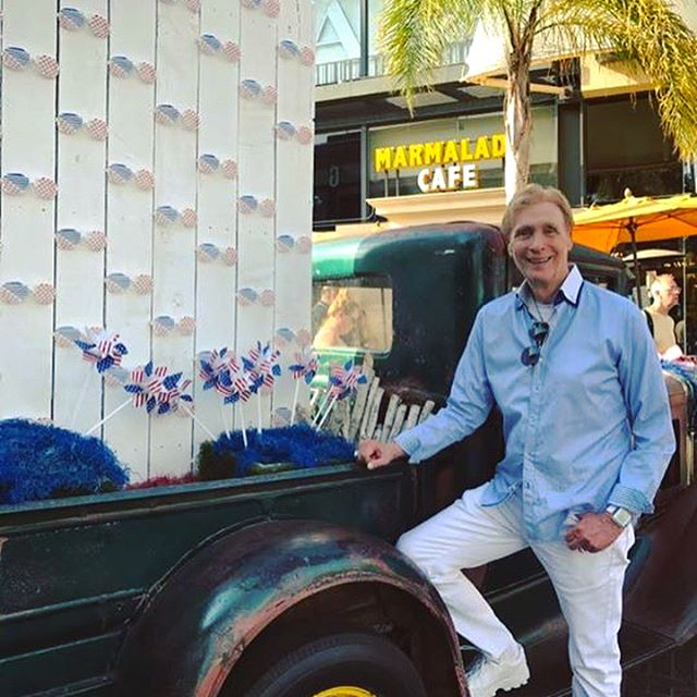 Super Duper Labor Day weekend fun, including a trip to the Grove, the aquarium and the final days of white pants! 😀🌈☀️🌴🐳 #gaycouple #gaymarriage #gaywedding #documentary #filmmaking #documentyourdays #celebratelife #instagood #losangeles #live #love #tellyourstory #independentfilm #anordinarycouple