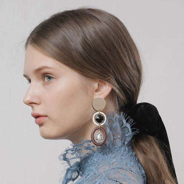 "Statement earrings have not been in trend up until recently, since the 80s. First appearing on the SS16 runway, its popularity is thanks to the ""Selfie"" generation. Perfect to add some unique character to any minimalist outfit, this SS18's interpretation is all about mixed materials. 📷: #katelogy . . . #statementearring #statement #fashionjewelry #trend #fashiontrend #musthave #earrings #jewelry #jewelryshare #instadaily #instalike #potd #fashion #trending #trends #hausie"