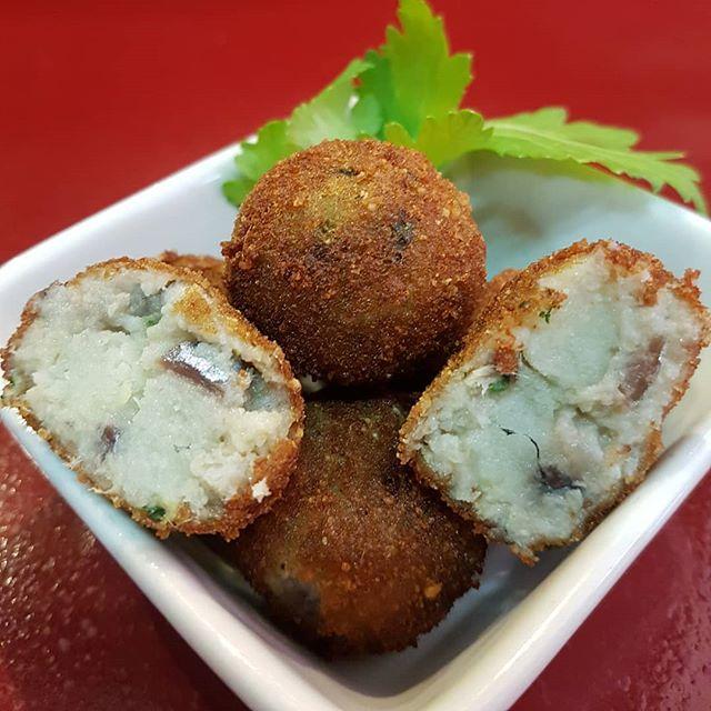 Así son nuestras #croquetas marineras 🐟🍋🥔 que preparamos con tanto cariño, que tanto os gustan y que TODOS podeis comer ya que son #singluten y #sinlactosa 😋🤗😍 . . . .  #mercados #takeaway #glutenfree #madrid #comidacasera #cocinamoselmercado