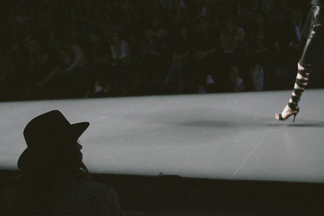 Momentos durante el desfile donde se aprecia la siluet a de Francisco José Pavón Chisbert en el front-row del desfile del diseñador.