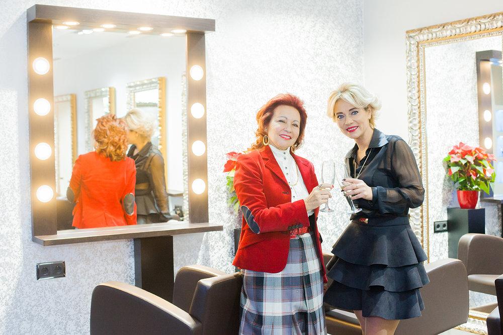 En fotografía, de izquierda a derecha, nuestra socia la Sra. Pilar Gómez Cebrián y la Sra. Aleksandra Pawlak, directora del salón