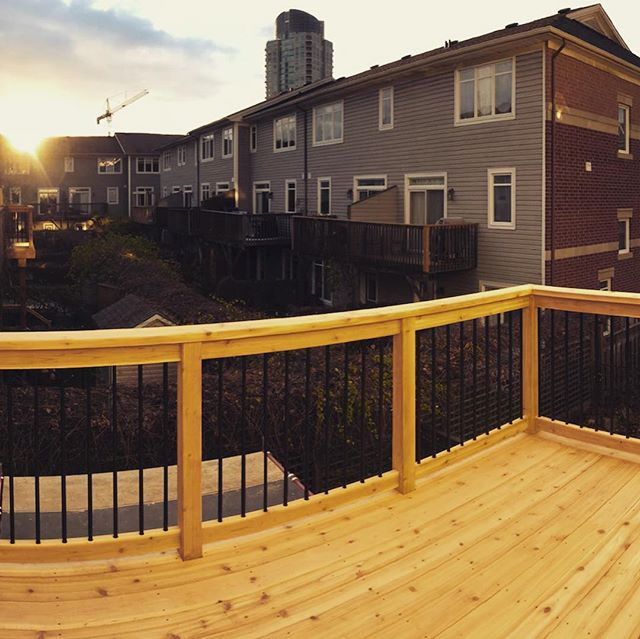 With the early arrival of ⛄️ I've been hustling to finish all my outdoor projects! Didn't even have the time to post the photos from this 2-storey deck we just finished in Westboro. Featuring a 2-sided cedar partition wall that both neighbours will get to enjoy 👌🏻👌🏻#cedar