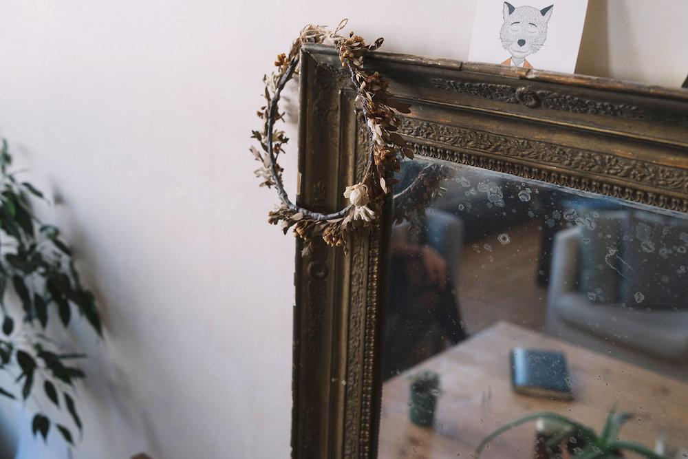 Ficus sur la gauche, couronne de fleurs séchées sur le miroir