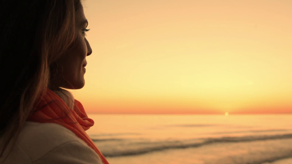 woman-looking-at-ocean-in-sunset_mkfdfbi9__F0000.png