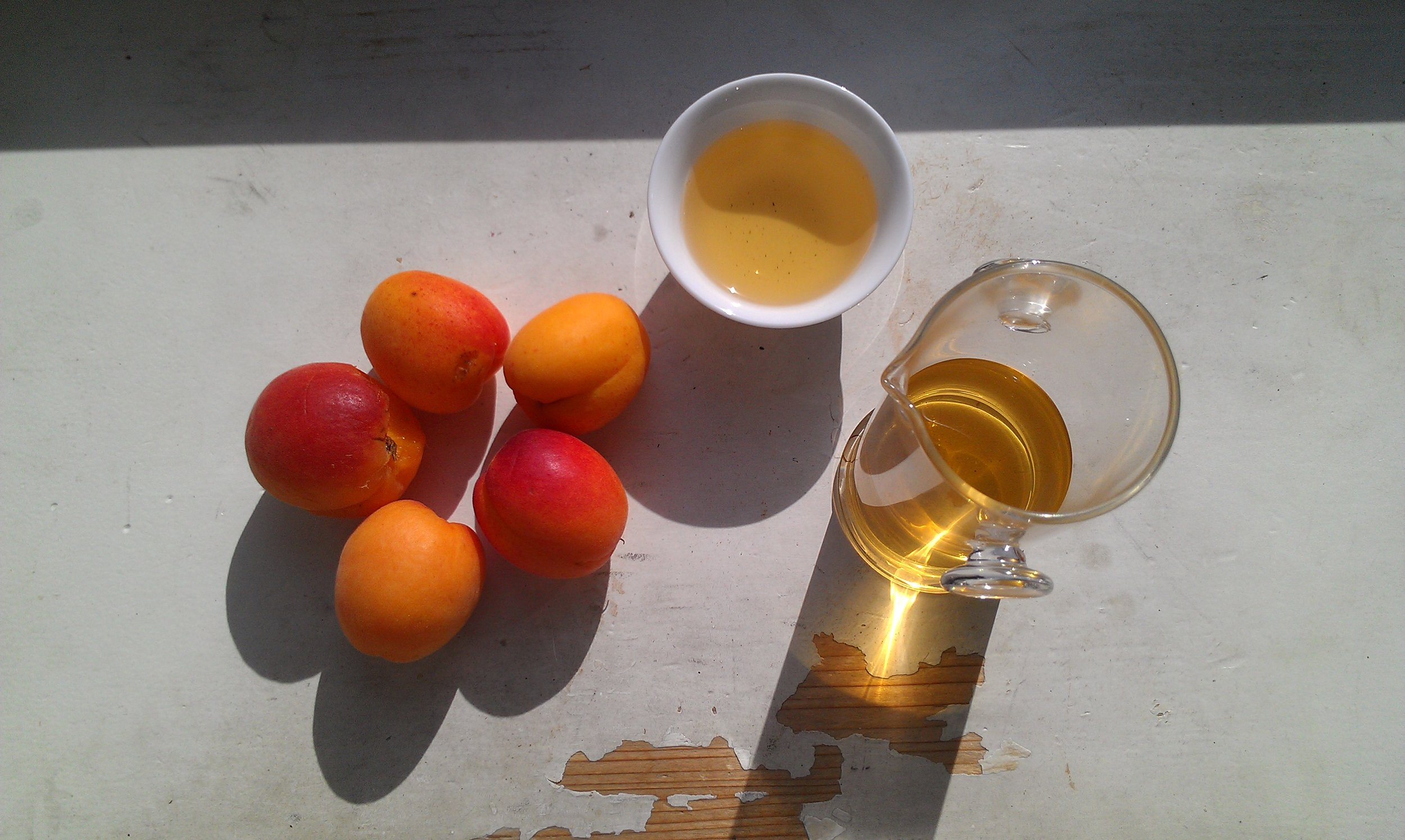 green tea and apricots