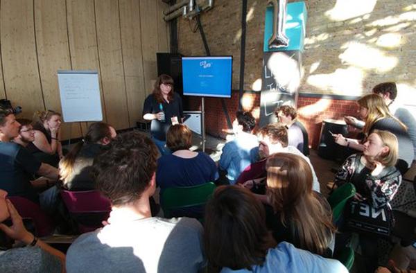 Republica 2016 - Digitale Flüchtlingshilfe auf dem Land - In einem Talk berichtete Jana von ihrem Vorhaben 2016 Flüchtlingsinititaiven im Brandenburgischen digital zu unterstützen. Nicht alles kam, wie geplant. Aber die Erfahrungen waren den Einsatz wert.Mehr.