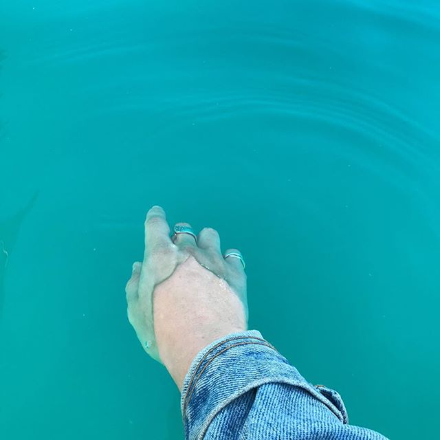Little fish 🐟 biiiiiiiiiiiig pond 🖤  P.s. Didn't edit this photo at all the water is just actually that color