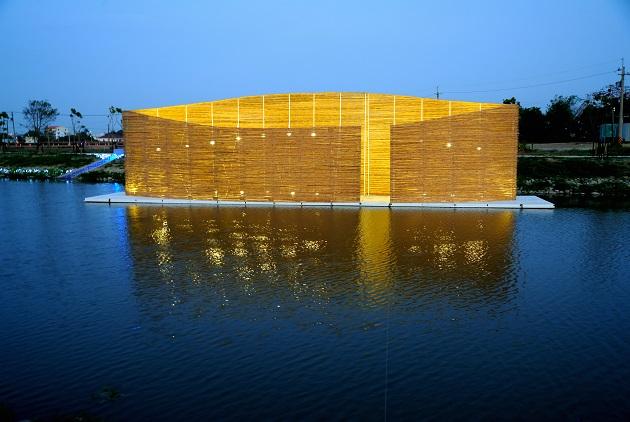 鹽水在地兄弟倆組成的「禹禹藝術工作室」,是月津港燈節的開國元老。今年的作品「致,更好」,較去年內斂,現場簡介文字含蓄,藏有讓人鼻酸的動人心意。 圖片來源:黃明堂攝
