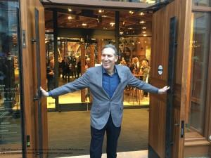 image1 Howard Schultz at the door