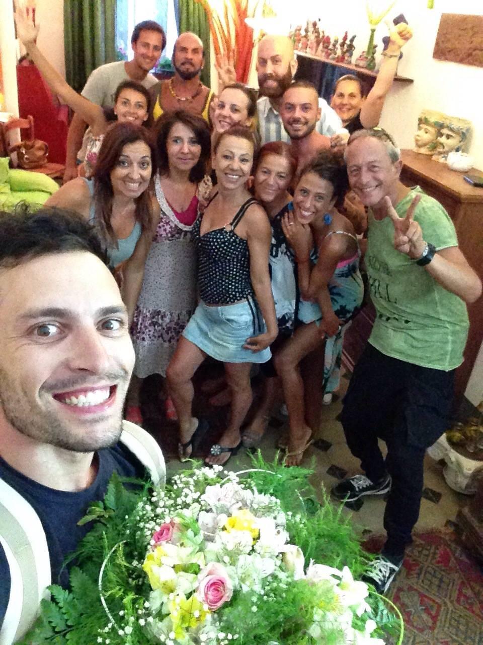 Rock chiesa in italia felice insieme dopo il gruppo di cellule sorride la pace