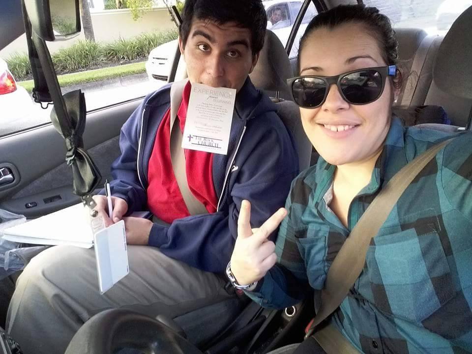 Due membri della chiesa rocciosa in macchina che vanno a evangelizzare il mondo
