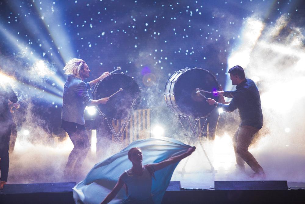 Spectacle épique de lumière avec des batteurs et des danseurs mystiques au spectacle de talents de carrefour