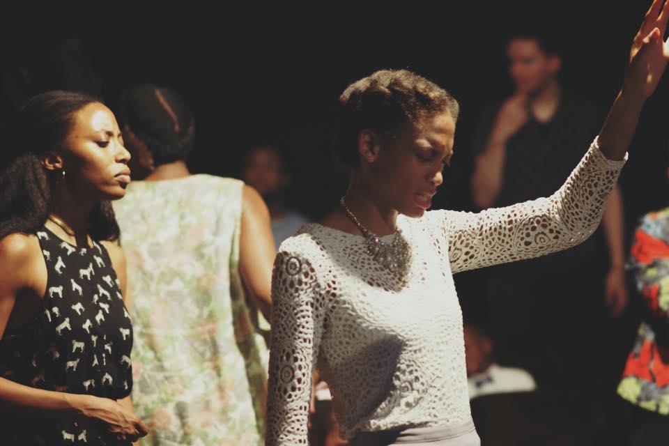 Miss bermuda adorando después de un encuentro en nuestra iglesia global