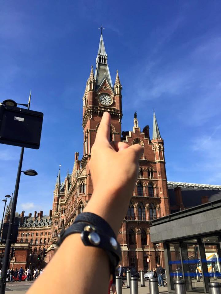 Dito che indica una torre dell'orologio in Europa durante l'evangelizzazione epica rockamillion