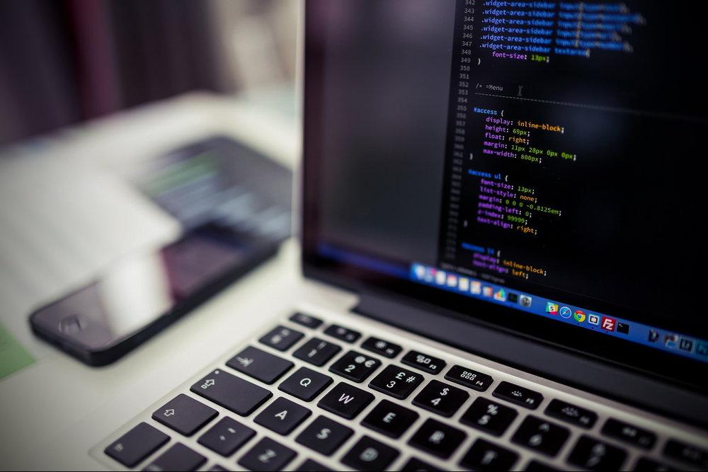 Schermo del computer portatile con codice del sito web per il ministero dei media della chiesa rock