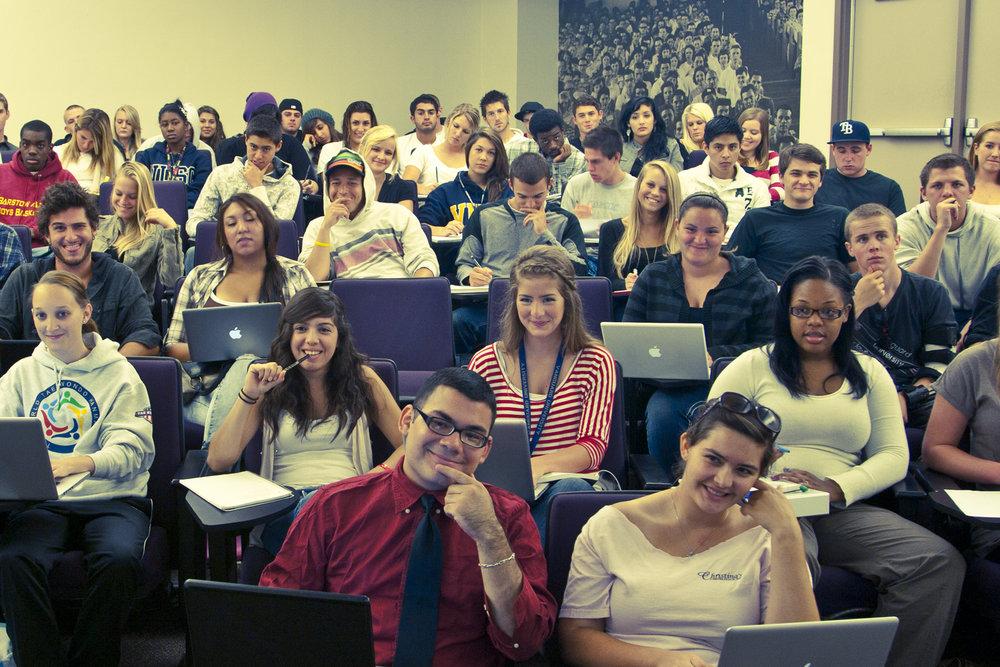 Aula llena de estudiantes en clases semanales de instituto bíblico aprendiendo de los líderes de la iglesia de rock