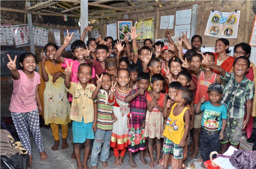 Les enfants s'amusent dans un pays du tiers monde en apprenant l'anglais à travers des cours esl