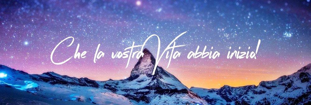 Banner di celebrazione con montagna rocciosa e la fotografia di sfondo galassia stellata