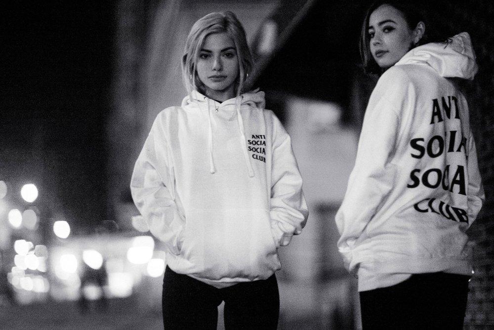 两名年轻女孩穿着运动衫摇滚之前,青春期光亮的服务