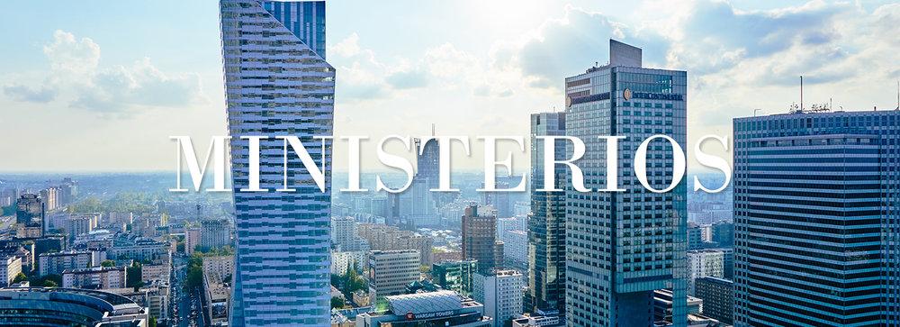 Edificio de rascacielos en la ciudad soleada con enlace a los ministerios