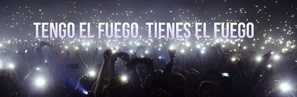 letras de la música con gran multitud en la celebración de conciertos con linterna de teléfono