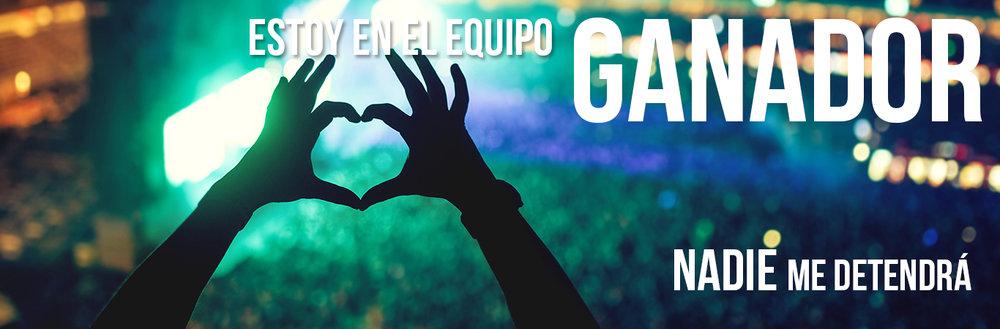 manos formando corazón en concierto de música mostrando letras del álbum