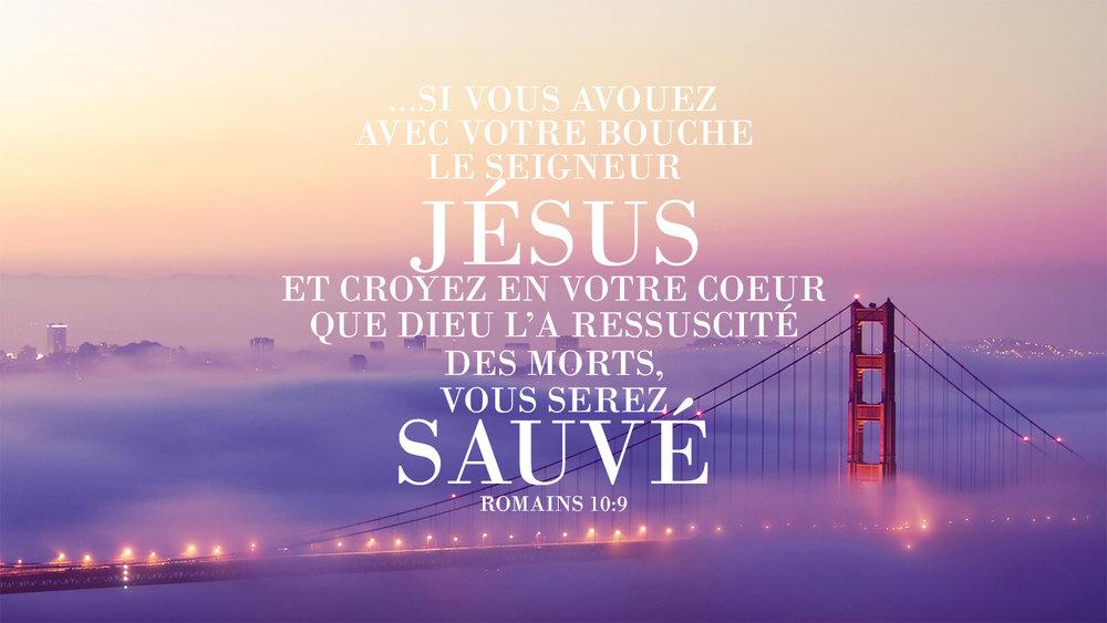 Écriture biblique dans les Romains parlant de Jésus avec une belle photographie de fond de pont nuages violets