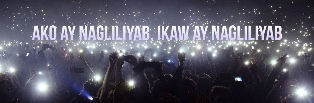 Ang mga lyrics ng musika na may malaking pulutong sa pagdiriwang ng konsyerto gamit ang flashlight ng telepono