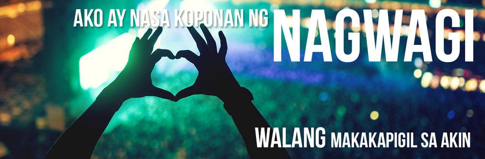 Mga kamay na bumubuo ng puso sa konsyerto ng musika na nagpapakita ng mga lyrics ng album