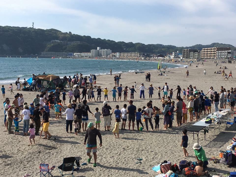 今年は小学生155人、海のようちえん親子27組、中学生が8人と、その家族。みんなで輪になれる場所はもう、海にしかありませんw