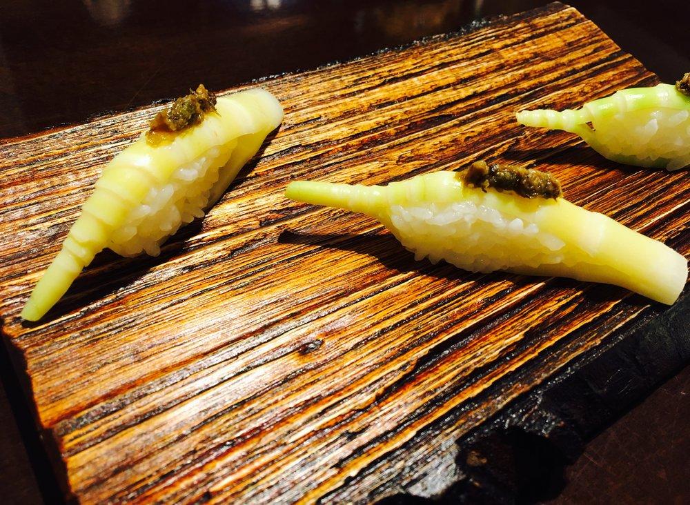 根曲がり竹。上には蕗味噌。
