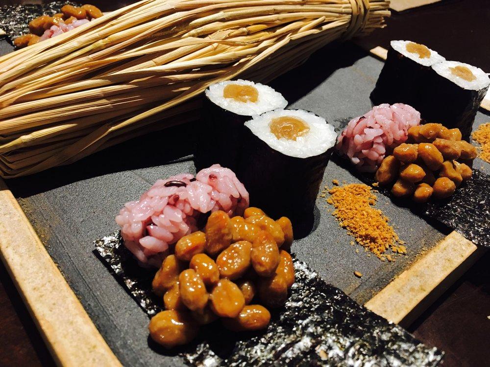 かんぴょう巻きは、東松島の相澤さんの海苔だった!海苔がしっかりしてるのが特徴。喜界島のゴマをつけて食べます。納豆巻きは、有明海・佐賀の海苔。こちらは溶けるので食べる直前に巻いて食べます。わら納豆でしたよ。