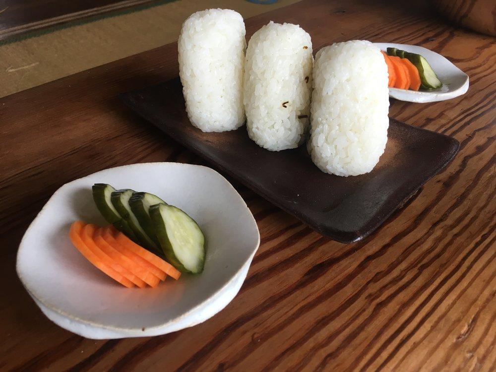 差し入れのおむすびとぬか漬け。家仕事の休憩タイムって感じ。益子の衣川さんの角平皿に、星野村の源太さんの花びら皿。お米はななつぼし。