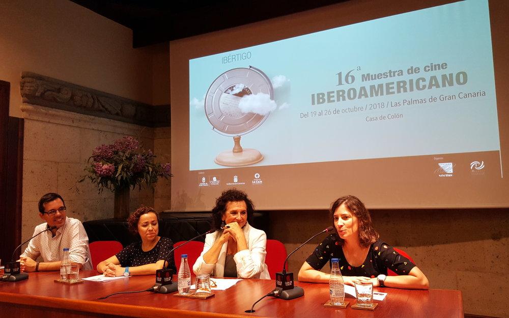 Momento de la rueda de prensa en la Casa de Colón con (de izquierda a derecha): Haliam Pérez, vicepresidente de la Asociación de cineastas de Canarias Microclima, Sara Álvarez, en representación de la Asociación de cine Vértigo, Elena Acosta, directora del Museo, y la cineasta Milagros Mumenthaler