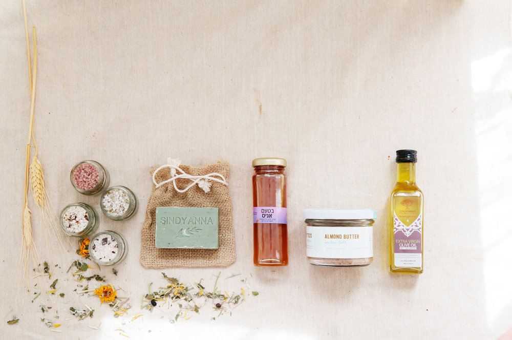 1 Month Gift Box - Gift Box Includes:3-5 Artisanal Israeli products + postcard with description of small Israeli business supported by gift purchase + personalised Gift Card.Terms:Gift recipient will receive one box.Does not auto-renew.Price:$44,including tax & international shipping