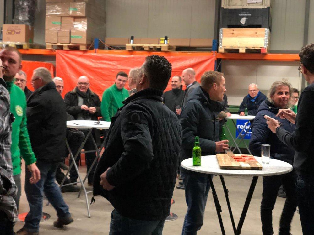 Statafels en blije medewerkers op een bedrijfsbarbecue