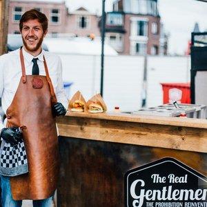 Onze mannen verzorgen vrij regelmatig food give-aways vanuit de Foodtruck Leiden.