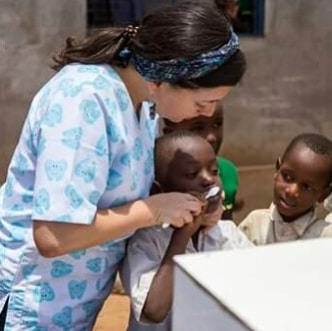 Our students are back to school after thrir easter break and back to toothbrushing! Here is Sofia helping some of the younger children master the brushing technique! 😊 . 📸 Behind the lens @_gypsy_soul_travel 📸 . #health #healthcareforall #dentalhygiene #oralhygiene #dentist #development #sustainability #change #endpoverty #tanzania #eastafrica #healthamplifier