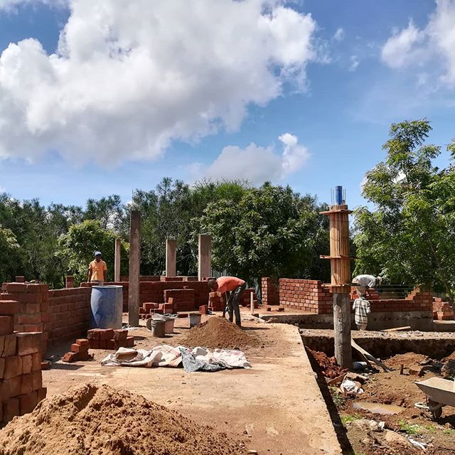 It is hard to believe rainy season is upon us with these blue skies! John and his brilliant fundis (labourers) are working so hard to get the walls up while the weather is in our favour. The bricks look incredible! 🏠