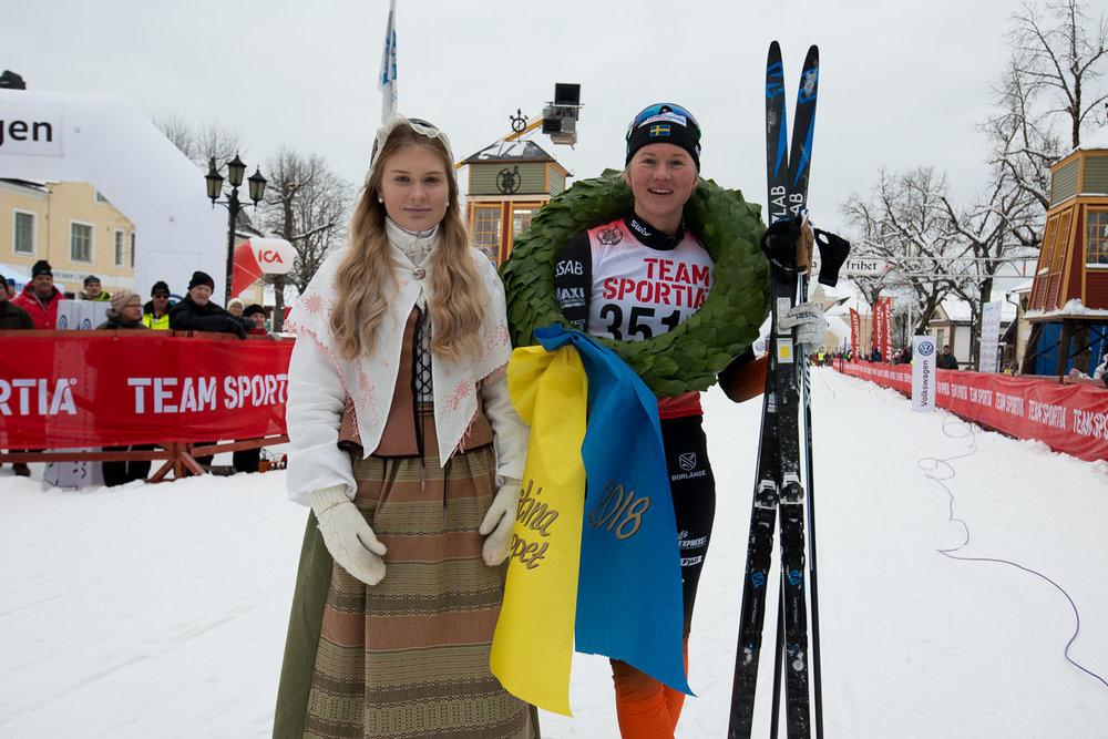 Maja Dahlqvist Falun Borlänge med segerkransen i Kristinaloppet.