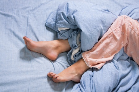 40500542_S_legs_bed_restless_sleeping.jpg