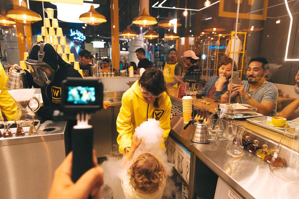Avete mai provato a fare il vostro proprio caffé? Esperienza da non perdere da Water's Coffee Rostery al Dubai Mall!