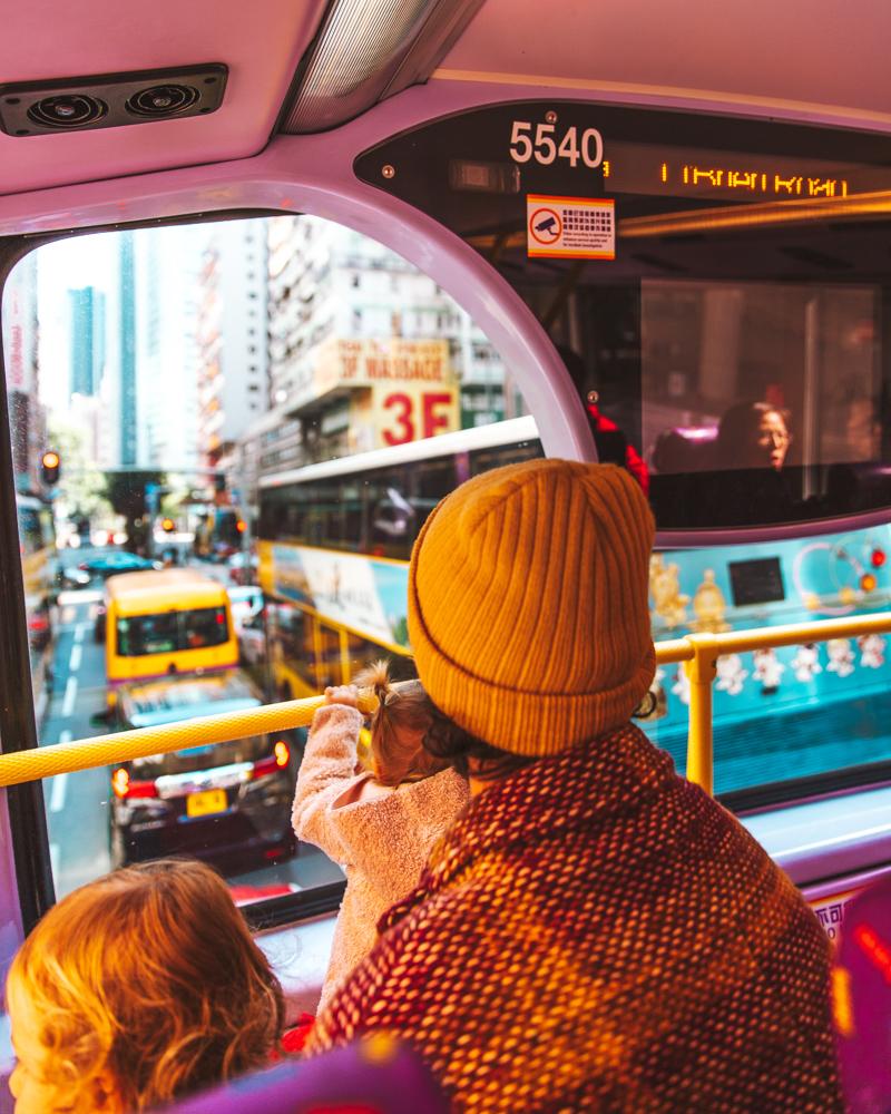 Sull'autobus a due piani, direzione Choi Hung Estate.